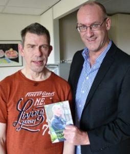 Co Schipper uit Opmeer biedt schrijvershulp aan gehandicapten.