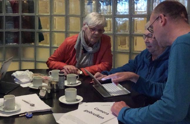 Co Schipper uit Opmeer geeft tablet les