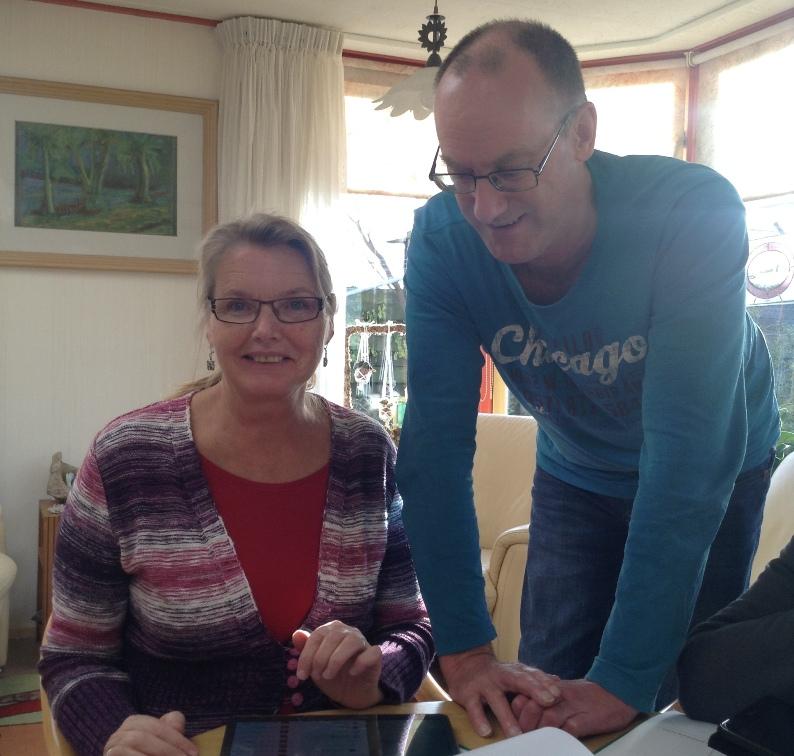 Co Schipper geeft les in het gebruik van de tablet
